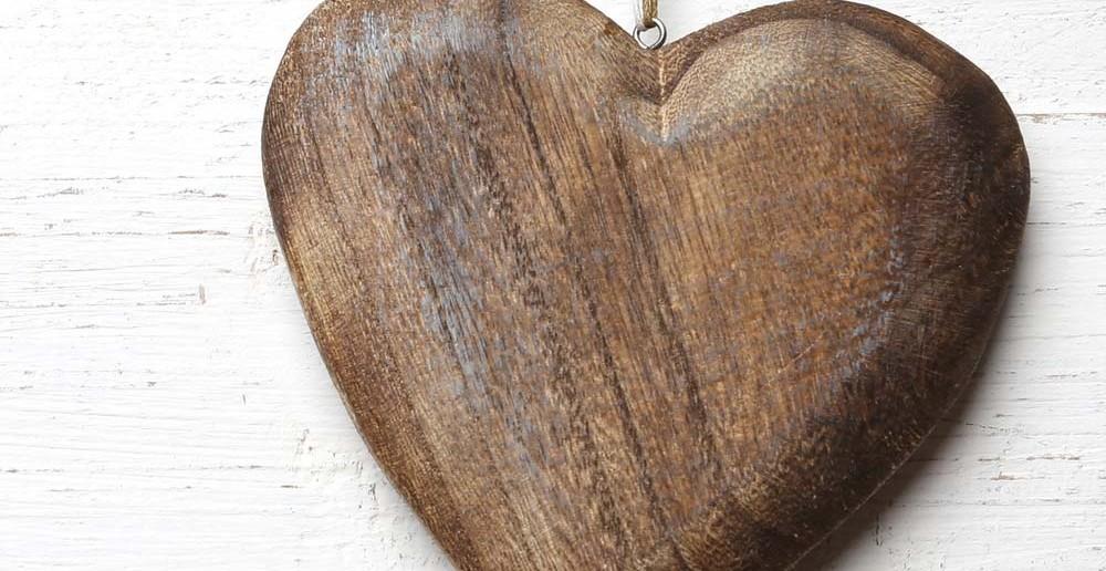 6. Taufgeschenke-Idee: Holz & Herz - Symbol von Geborgenheit und Wärme zur Taufe verschenken.