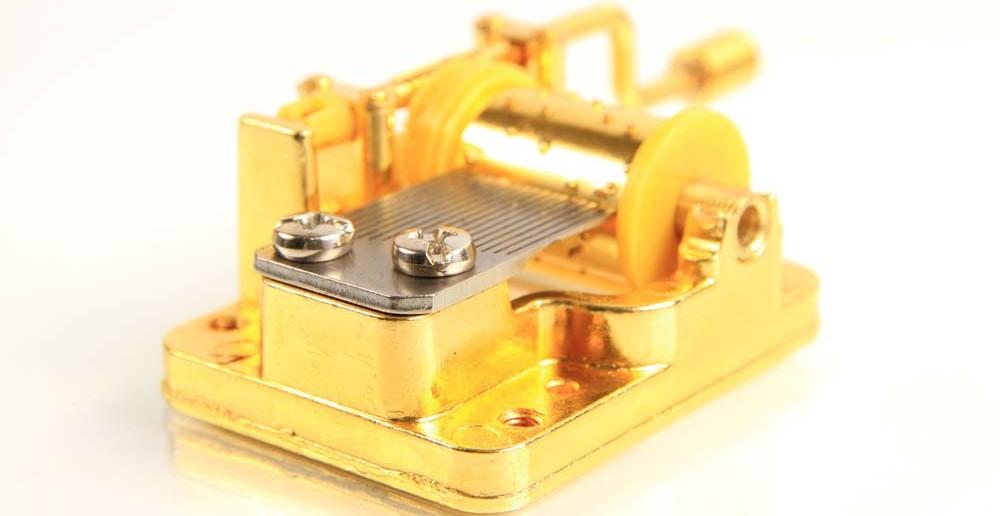 7. Taufgeschenke-Idee: der verzaubernde Klang einer Spieluhr.