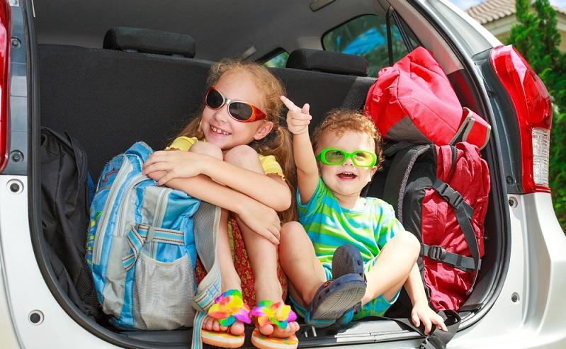 Wer als Familie zum Camping aufbricht, sollte bei der Planung einige Punkte bedenken. Ein Campingurlaub unterscheidet sich von einem Aufenthalt in einem Hotel oder Ferienpark. Vor allem Gegenstände für den täglichen Gebrauch und zur Beschäftigung der Kleinen gehören unbedingt auf die Packliste. (#01)