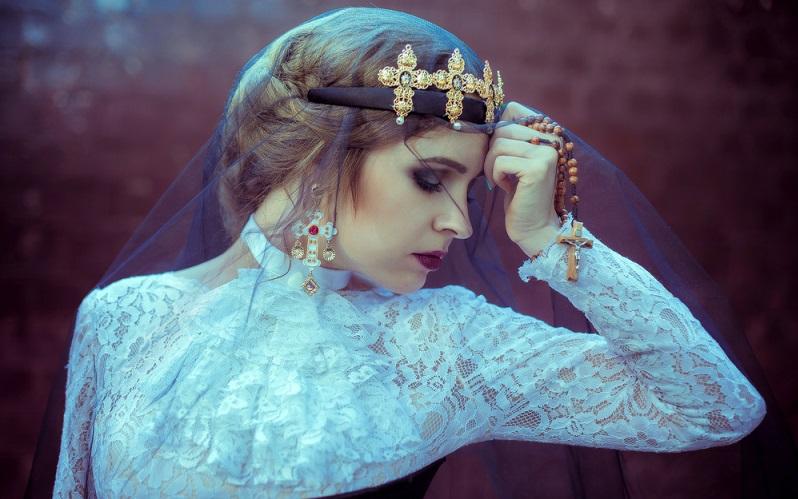 Gothic wäre nichts ohne den Schmuck, der sich seine Inspiration aus der gotischen Epoche holte. Zum Beispiel eine Silber-Kette mit Kreuz. Anhänger der Gothic gelten auch als sehr nachdenkliche Menschen, die sich viel mit der Sterblichkeit und Lebenswert befassen. (#03)
