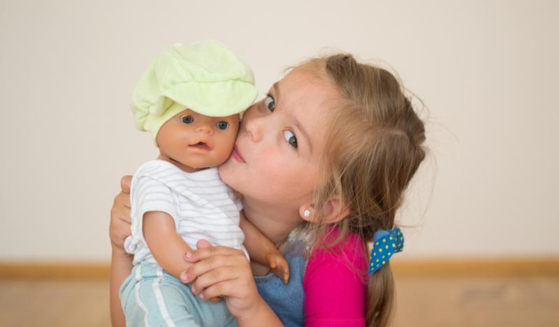 Das Puppenspiel mit Kindern kann in vielerlei Hinsicht sehr wertvoll sein. (Foto: Shutterstock - Nestyda)